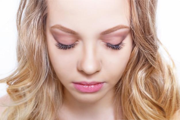 Schoonheid make-up voor blauwe ogen. mooi gezicht close-up