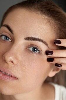 Schoonheid make-up. vrouw gezicht met mooie ogen en wenkbrauwen make-up en lange zwarte wimpers close-up
