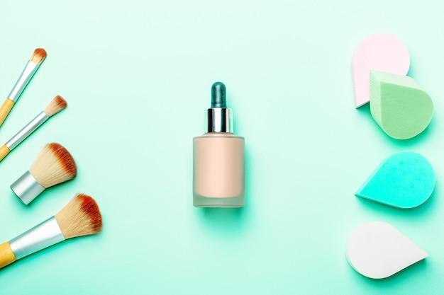 Schoonheid, make-upsponzen of beautyblenders en make-upborstels op pastelachtergrond, kopieerruimte, bovenaanzicht. schoonheidssponzen versus make-upborstelsconcept. schoonheidsbehandeling, zelfzorgachtergrond