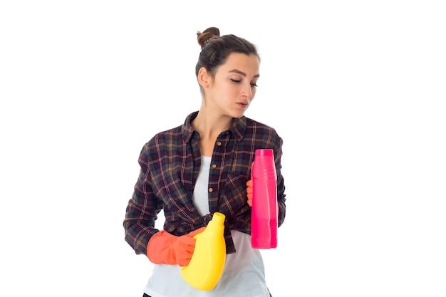 Schoonheid meid vrouw met reinigingsmiddelen geïsoleerd op een witte muur