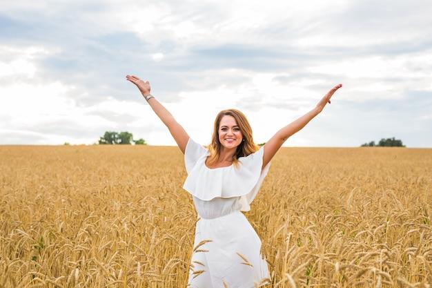 Schoonheid meisje buiten genieten van de natuur op het veld.