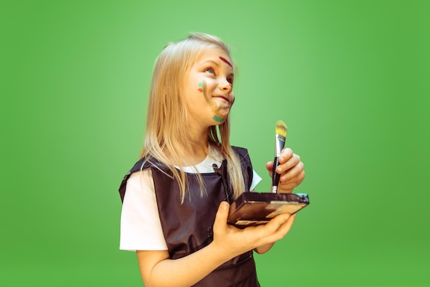 Schoonheid. meisje droomt van beroep van visagist. jeugd, planning, onderwijs en droomconcept.