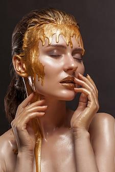 Schoonheid meisje met bronzen huidskleur en vochtige glanzende huid. nat haar en schone huid, roze lippenstift op de lippen, gesloten ogen en een sexy foto.
