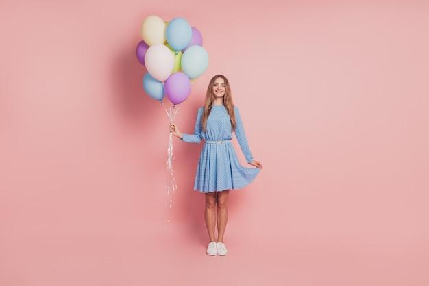 Schoonheid meisje met kleurrijke lucht ballonnen op roze achtergrond