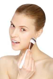 Schoonheid meisje met make-up borstel. natuurlijke make-up. naakte make-up. mooi gezicht.