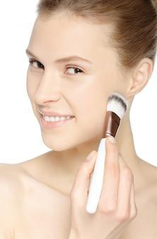 Schoonheid meisje met make-up borstel