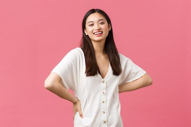 Schoonheid, mensen emoties en zomer vrije tijd concept. vrolijke knappe vriendin in witte jurk, op zoek naar optimistische lachende camera en reclame voor huidverzorging of haarverzorgingsproduct.