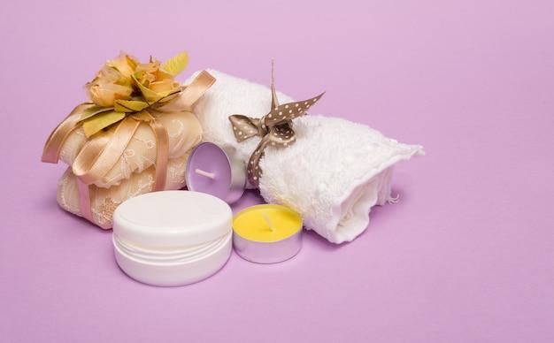 Schoonheid met zeep op een violette achtergrond wordt geplaatst die
