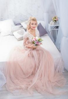Schoonheid mode bruid in winter decor met boeket bloemen in haar handen. mooie bruid portret bruiloft make-up en kapsel.