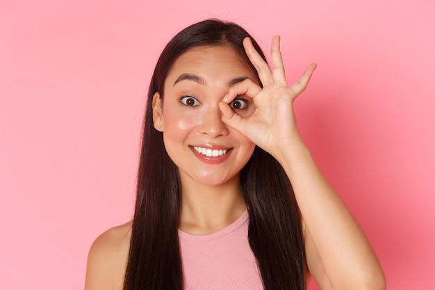 Schoonheid mode en lifestyle concept close-up van dromerig en schattig aziatisch jong meisje op zoek door oka...