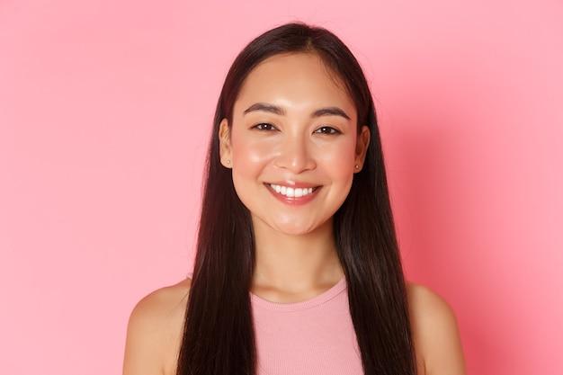 Schoonheid mode en lifestyle concept close-up van mooi gelukkig aziatisch meisje met perfecte witte glimlach...