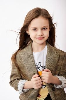 Schoonheid mode jong meisje. kind meisje poseren, vreugde en leuke emoties