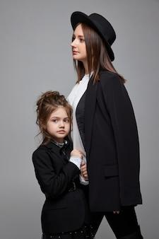 Schoonheid mode moeder en dochter. familie fotoshoot, vreugde en leuke emoties. vrouw en een meisje omarmen