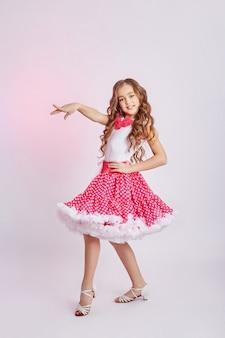 Schoonheid mode portret van een jong meisje in een jurk op een lichte achtergrond