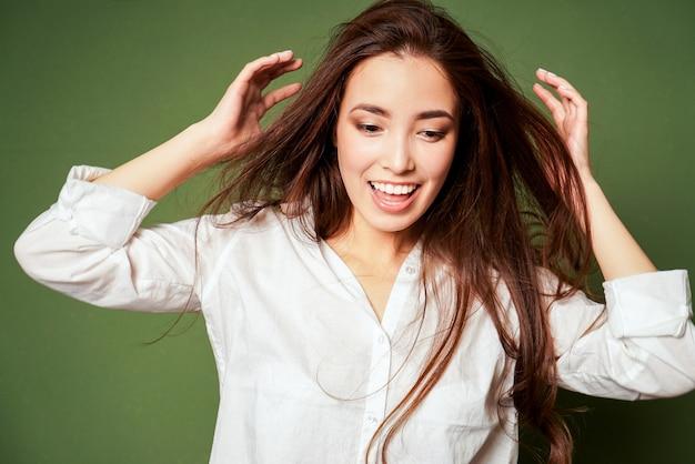 Schoonheid mode portret van sensuele glimlachen verrast aziatische jonge vrouw met donker lang haar