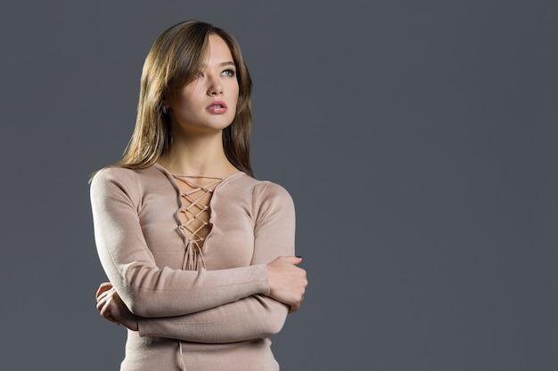 Schoonheid model meisje stijlvolle gebreide jurk dragen