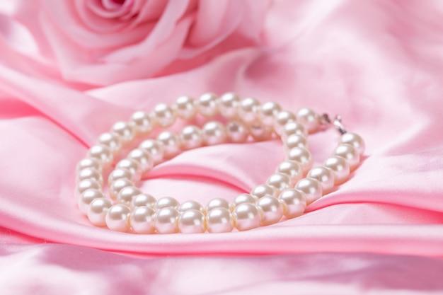Schoonheid parel ketting op roze doek