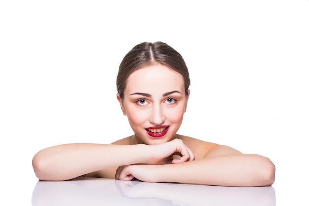 Schoonheid portret. beautiful spa vrouw aan haar gezicht te raken. perfect frisse huid. pure schoonheid model girl.