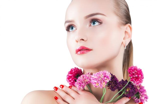Schoonheid portret. jonge mooie blonde vrouw. aantrekkelijke vrouw op wit. lady toont make-up