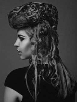 Schoonheid portret. kapsel. zwart-wit foto.