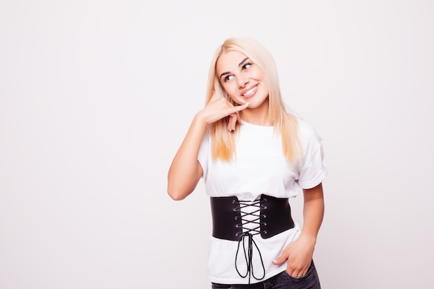 Schoonheid portret van blonde vrouw met bel me terug gebaar op grijze rug