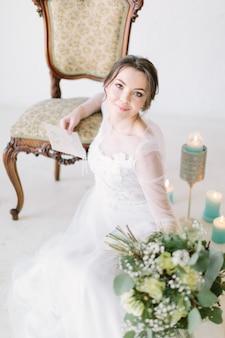Schoonheid portret van bruid mode trouwjurk dragen met luxe verrukking make-up en kapsel