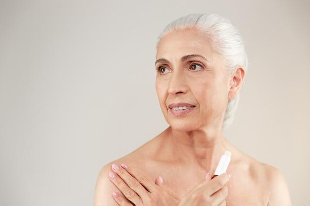Schoonheid portret van een aantrekkelijke half naakte oudere vrouw