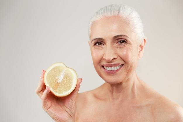 Schoonheid portret van een gelukkig half naakte oudere vrouw