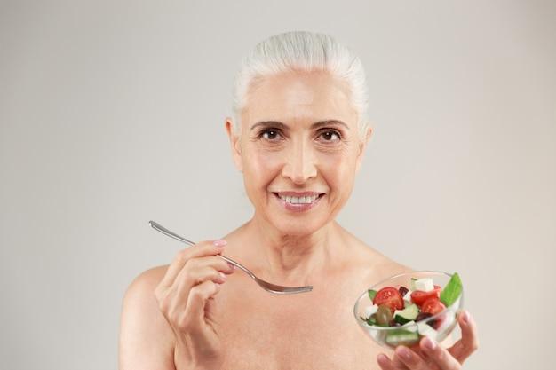 Schoonheid portret van een glimlachende half naakte oudere vrouw