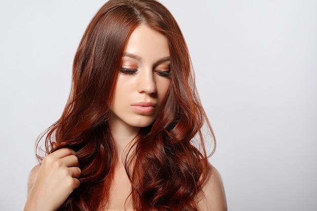 Schoonheid portret van een jonge roodharige vrouw.