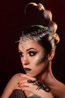 Schoonheid portret van een meisje met een levende schorpioen. studiofotografie van een modeportret.