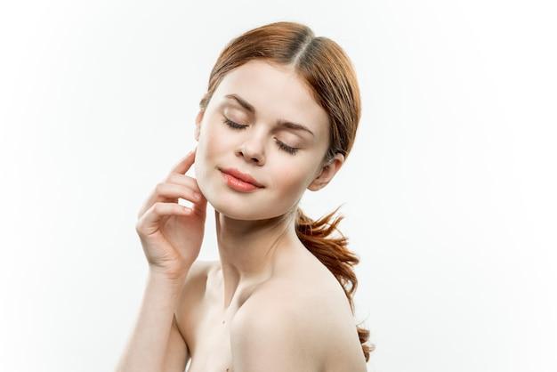 Schoonheid portret van een meisje met natuurlijke naakt gezicht make-up, geïsoleerde achtergrond