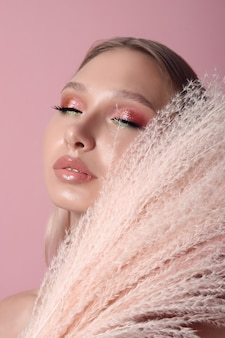 Schoonheid portret van een meisje met perfecte make-up op haar gezicht, gekleurde oogschaduw, lang mooi haar