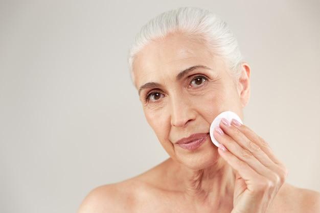 Schoonheid portret van een mooie half naakte oudere vrouw