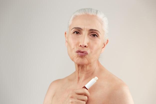 Schoonheid portret van een speelse half naakte oudere vrouw