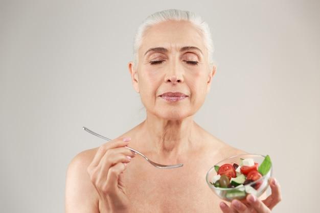 Schoonheid portret van een tevreden half naakte oudere vrouw
