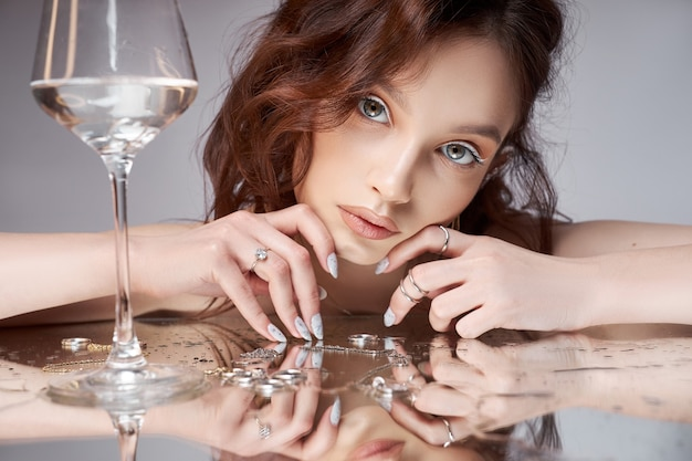 Schoonheid portret van een vrouw met een glas in de hand.