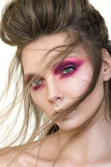 Schoonheid portret van jong mooi meisje met fashion make-up. moderne smokey eyes make-up