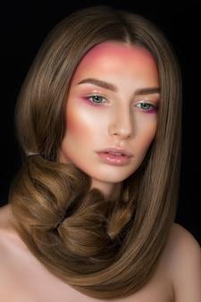 Schoonheid portret van jong mooi meisje met groene ogen met fashion make-up