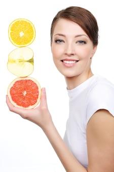 Schoonheid portret van jonge lachende vrouw met citroenachtige vruchten