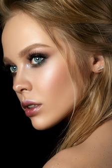 Schoonheid portret van jonge vrouw met fashion make-up. perfecte huid en kleurrijke smokey eyes-make-up. sensualiteit, passie, trendy luxe make-upconcept.
