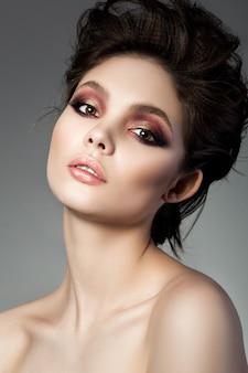Schoonheid portret van jonge vrouw met moderne smokey eyes make-up