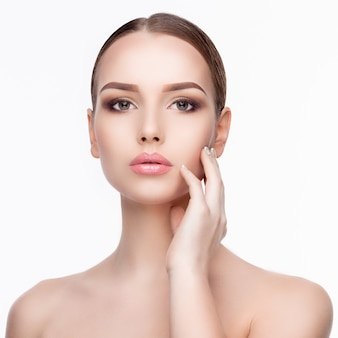 Schoonheid portret van jonge vrouw met perfecte schone frisse huid close-up geïsoleerd op wit. huid zorg concept