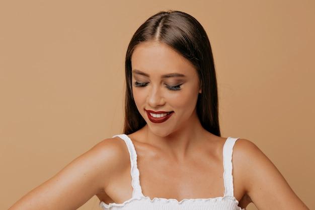 Schoonheid portret van lief stijlvolle vrouw met lang donker haar close-up