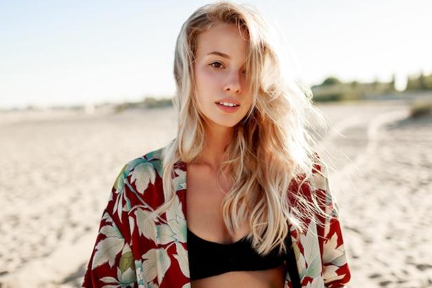 Schoonheid portret van romantische blonde vrouw die zich voordeed op het strand. zachte kleuren. perfecte huid.