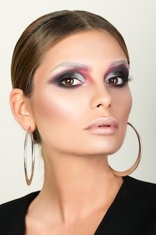 Schoonheid portret van volwassen vrouw metalen ronde oorbellen dragen