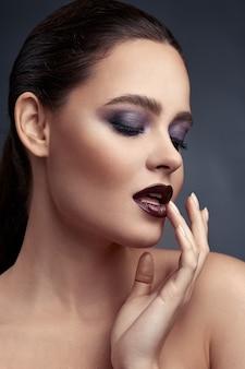 Schoonheid portret van vrouw met smokey eyes make-up