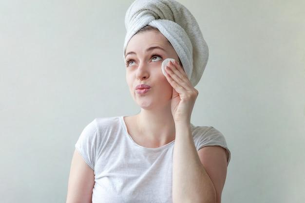 Schoonheid portret vrouw make-up verwijderen met wattenschijfje geïsoleerd op wit