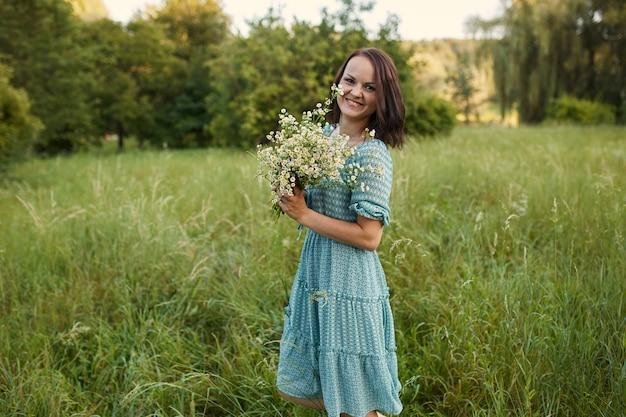 Schoonheid romantische vrouw buitenshuis