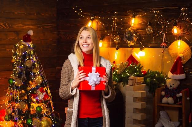 Schoonheid santa meisje. luxe kerst vrouw. modieus luxemeisje die nieuw jaar viert. gelukkige dame